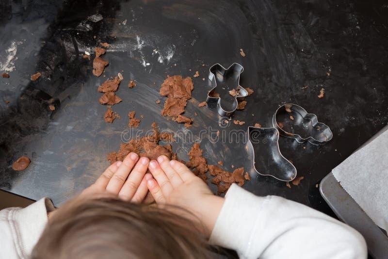 Traitement au four de petite fille images libres de droits
