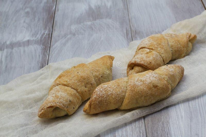 Traitement au four fait maison Bagels parfumés délicieux avec des clous de confiture et de girofle de pâte d'air sur le tissu bla photographie stock libre de droits