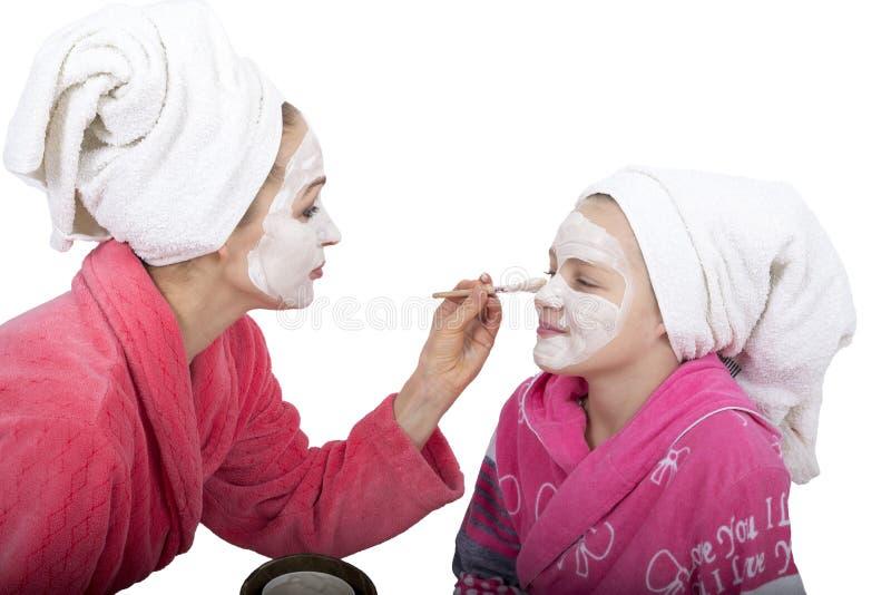 Traitement de beauté de famille dans la salle de bains mère images libres de droits