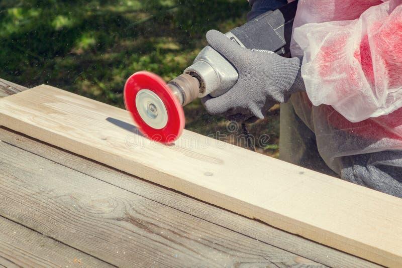 Traitement de bois avec une brosse synthétique sur une broyeur d'angle - balayant pour donner une antiquité noble photo stock