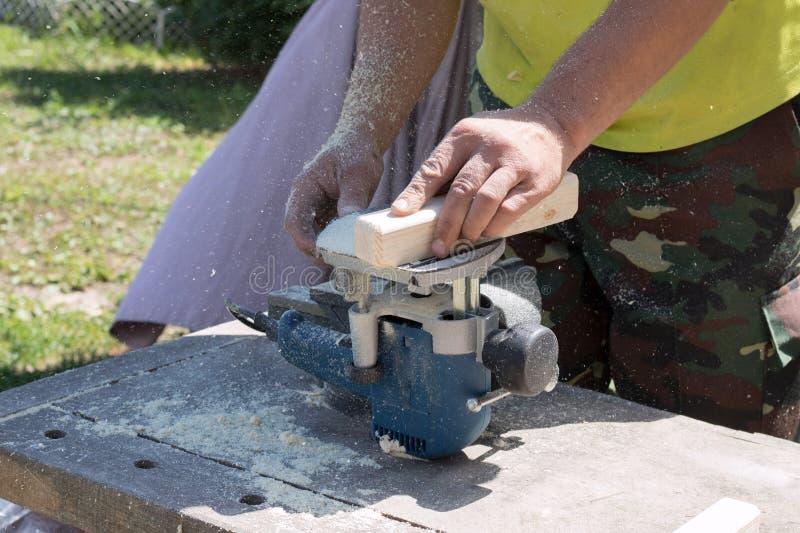 Traitement de bois sur une machine de encadrement, images libres de droits