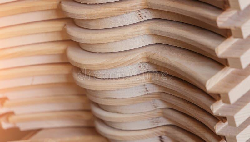 Transformation du bois. Travail de joinerie. mobilier en bois. Matériau de construction de bois de bois pour le fond et la textur images libres de droits