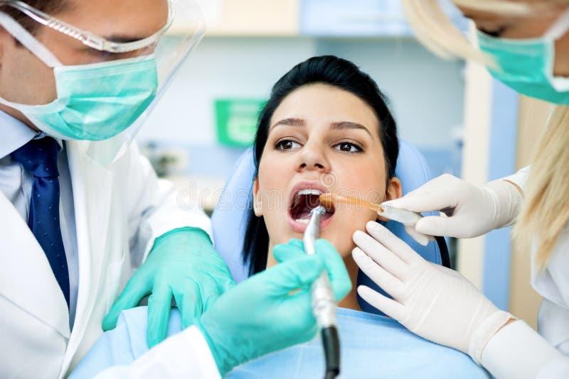 Traitement de dentiste photographie stock
