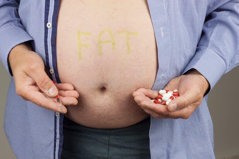 Traitement de l'obésité Gros homme avec la seringue faisant l'injection d'insuline se à la maison Risque sanitaire d'obésité Trai image stock