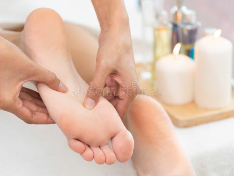 Traitement de massage de station thermale de pied dans la station thermale de luxe image stock