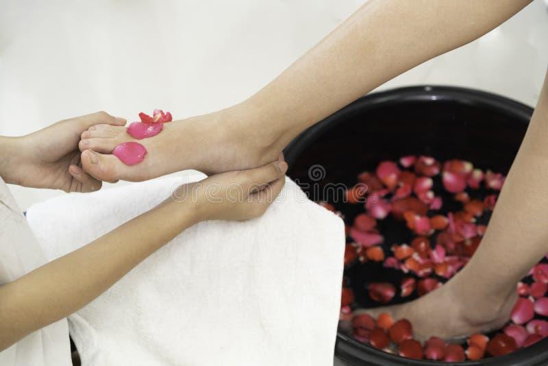 Traitement de massage de station thermale de pied dans la station thermale de luxe image libre de droits