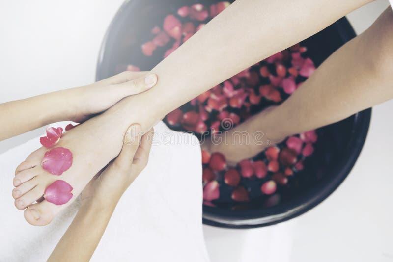 Traitement de massage de station thermale de pied dans la station thermale de luxe photographie stock