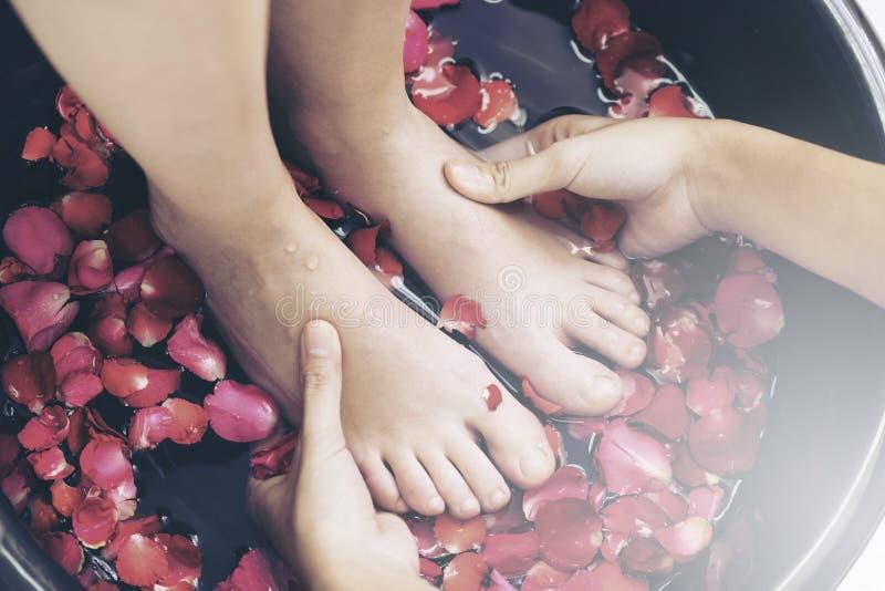 Traitement de massage de station thermale de pied dans la station thermale de luxe images libres de droits