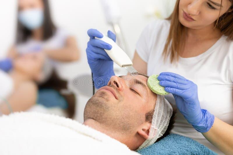 Traitement de nettoyer la peau masculine faciale photos libres de droits