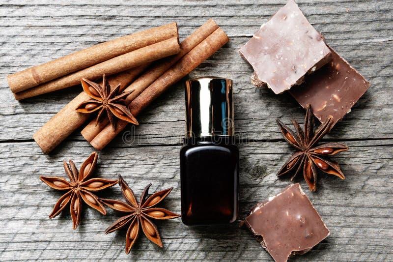 Traitement de peau de chocolat Pot cosmétique avec la lotion, cacao, anis, bâtons de cannelle images libres de droits