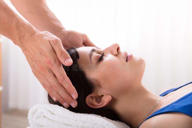 Traitement de Performing Reiki Healing de th?rapeute sur la femme images stock