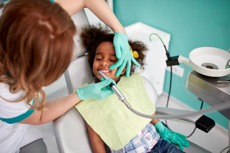 Traitement de polissage dentaire dans la clinique dentaire images libres de droits