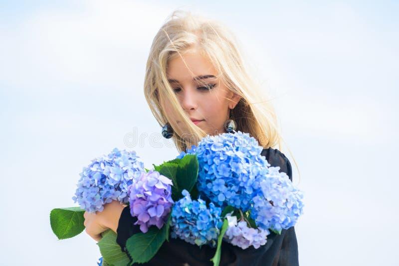 Traitement de soins de la peau et de beaut? Fleur douce pour la femme sensible Beaut? pure Tendresse de jeune peau printemps images stock