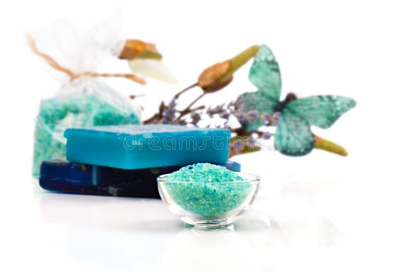 Traitement de station thermale avec des sels de bain de turquoise photos libres de droits