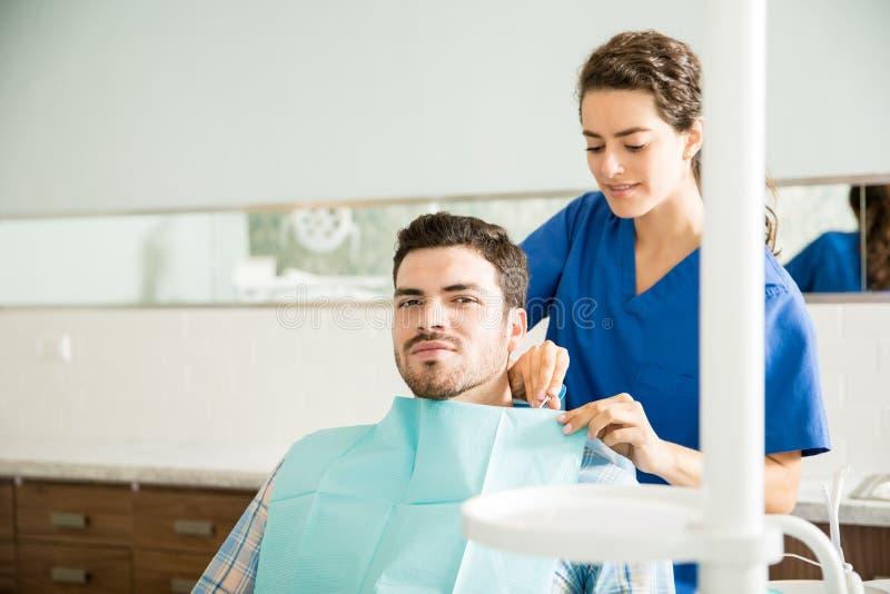 Traitement dentaire de Preparing Man For de dentiste à la clinique photos stock