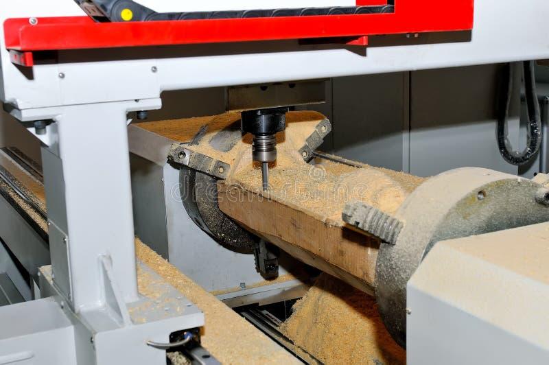 Traitement des billettes en bois dans une machine Fin vers le haut photo stock