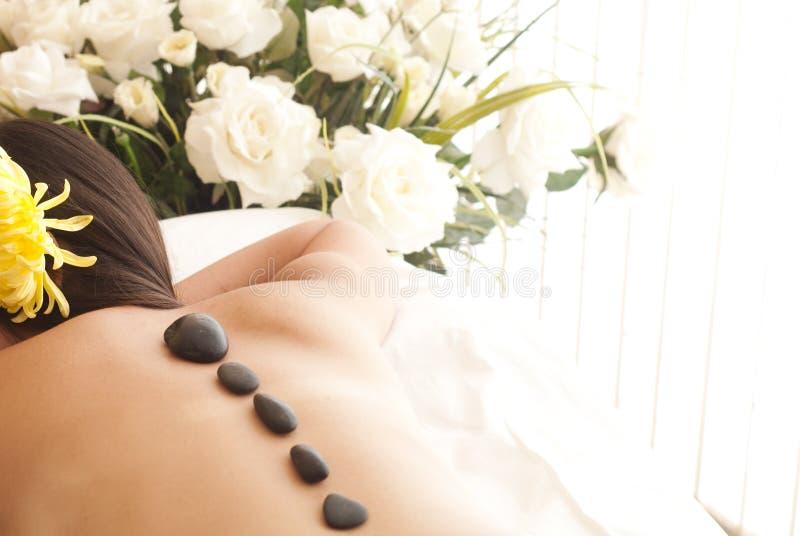 Traitement en pierre chaud de massage de station thermale photo stock