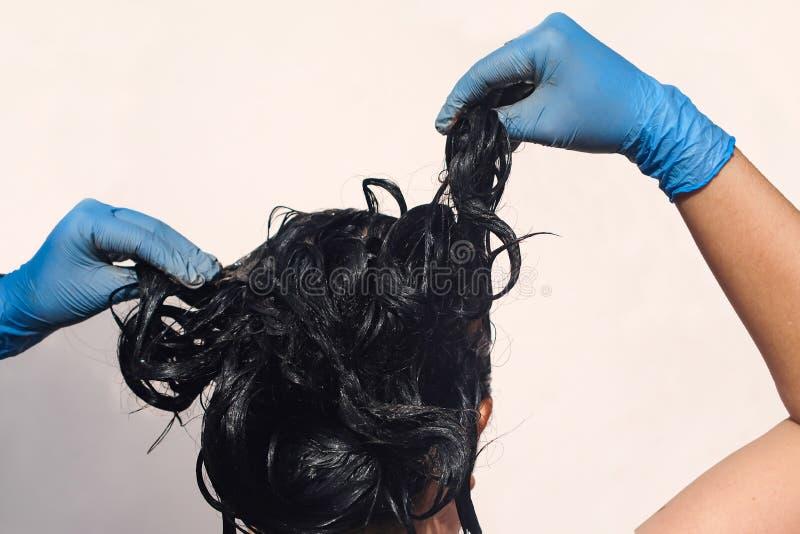 Traitement fait à la maison de cheveux avec la boue à résoudre avec le gris images libres de droits