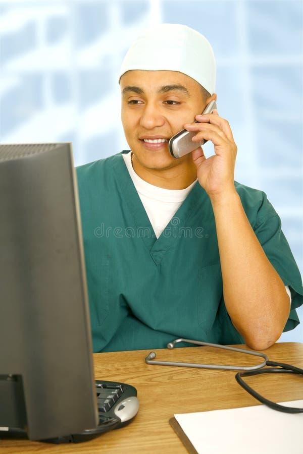 Traitement multitâche occupé d'infirmière photographie stock