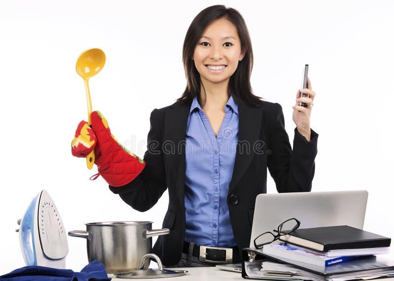 Traitement multitâche - préparation du repas et travail photo libre de droits