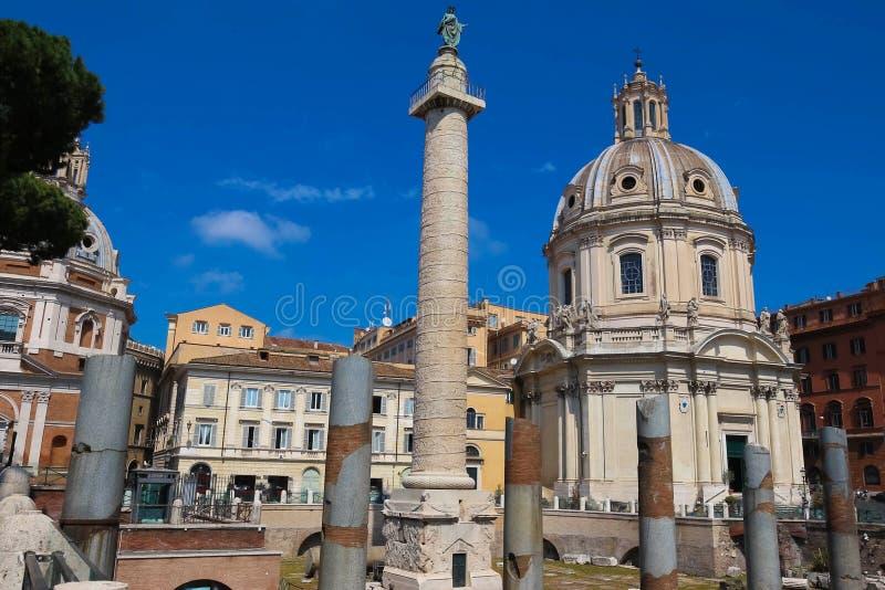 Trajan ` s专栏和玛丽,罗马,意大利的最圣洁的名字的教会Trajan论坛的 免版税库存图片