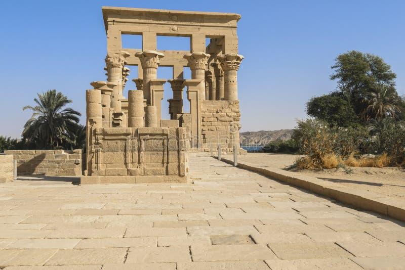 Trajans kiosk på den Agilika ön, Aswan (Egypten) arkivbild