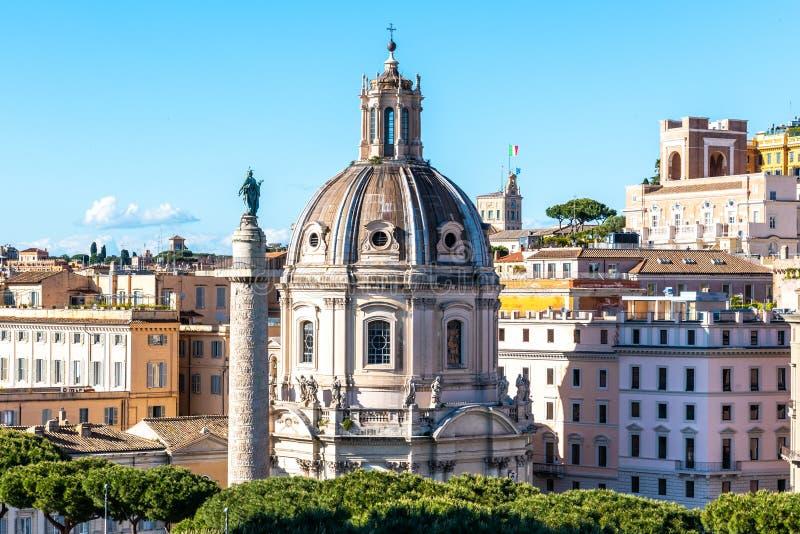 Trajanss?ule und Kirche des heiligsten Namens von Mary, Rom, Italien stockfoto