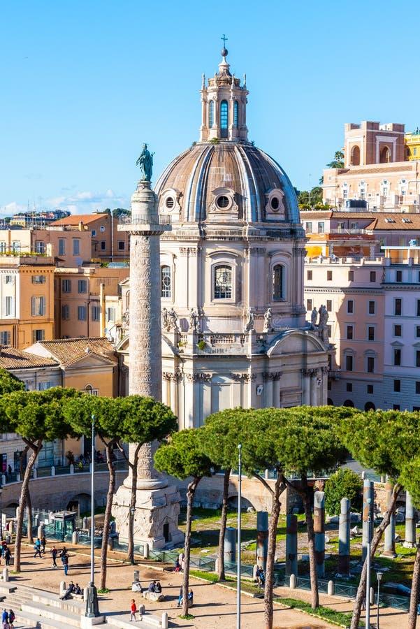 Trajanss?ule und Kirche des heiligsten Namens von Mary, Rom, Italien lizenzfreies stockbild