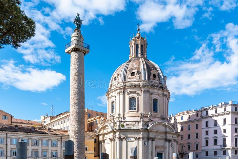 Trajanss?ule und Kirche des heiligsten Namens von Mary, Rom, Italien stockbild