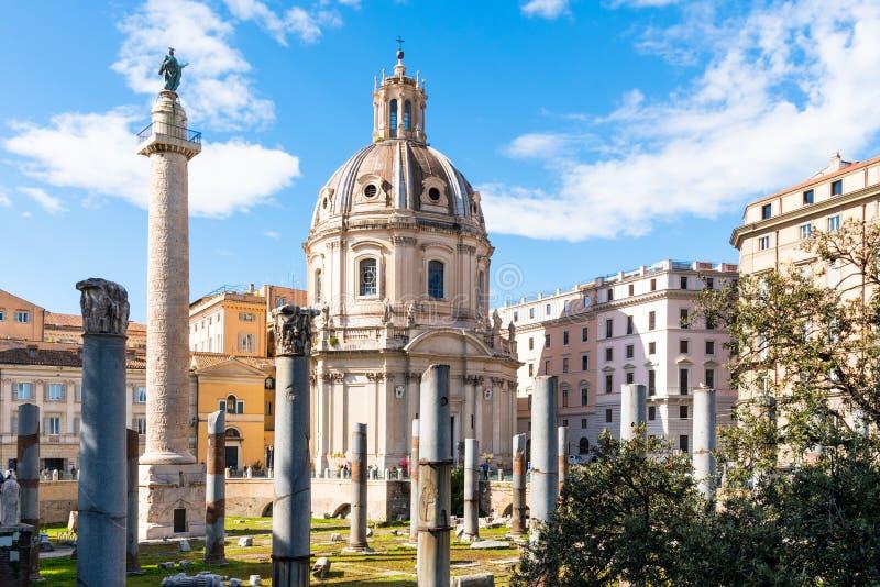 Trajanss?ule und Kirche des heiligsten Namens von Mary, Rom, Italien stockbilder