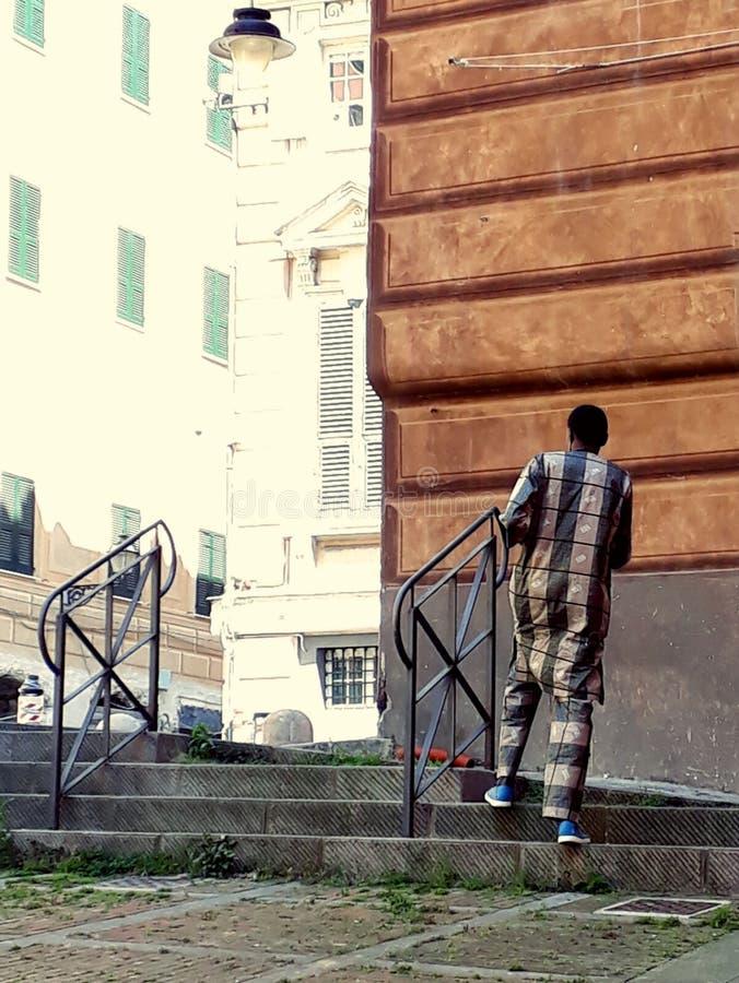 Traje ?tnico t?pico de un hombre africano fotografía de archivo