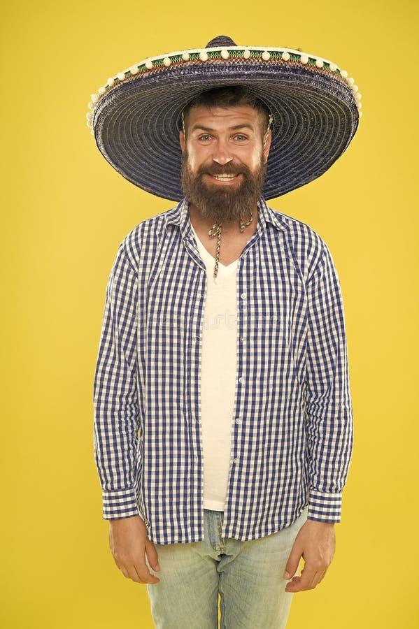 Traje accesory Hombre barbudo en sombrero mexicano Sombrero que lleva del hombre mexicano Inconformista en sombrero ancho del bor fotografía de archivo libre de regalías