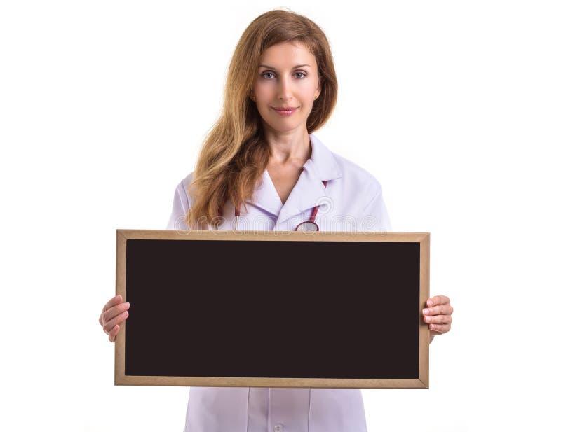 Traje blanco del desgaste caucásico hermoso del doctor y sostener bla en blanco foto de archivo libre de regalías