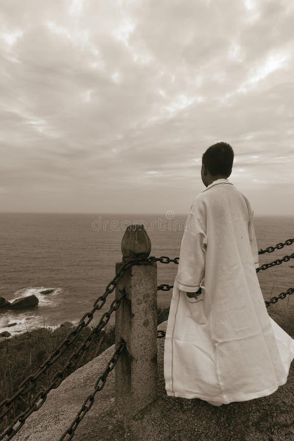 Traje blanco que lleva del ni?o del mar chino del puesto de observaci?n imágenes de archivo libres de regalías