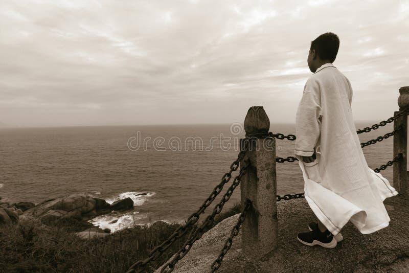 Traje blanco que lleva del ni?o del mar chino del puesto de observaci?n fotografía de archivo libre de regalías