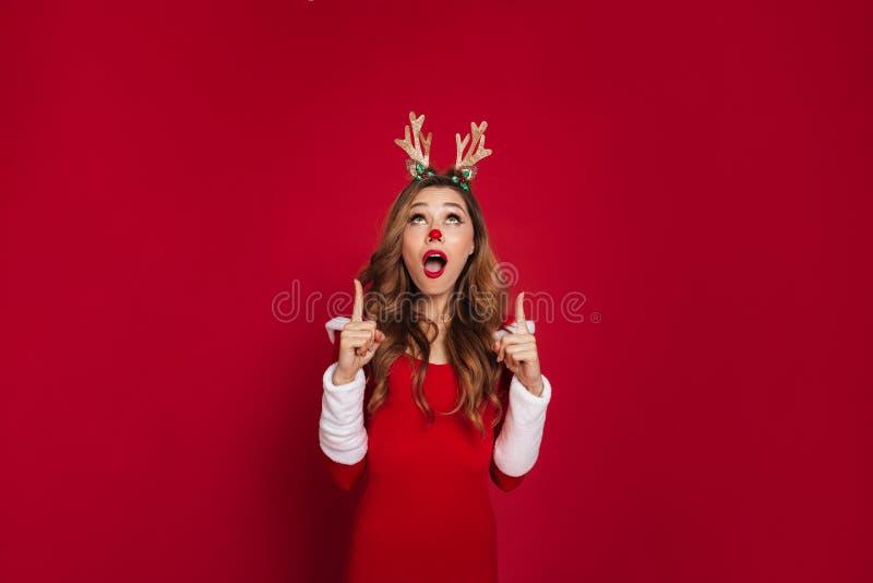 Traje chocado de los ciervos de la Navidad de la mujer que lleva joven fotografía de archivo