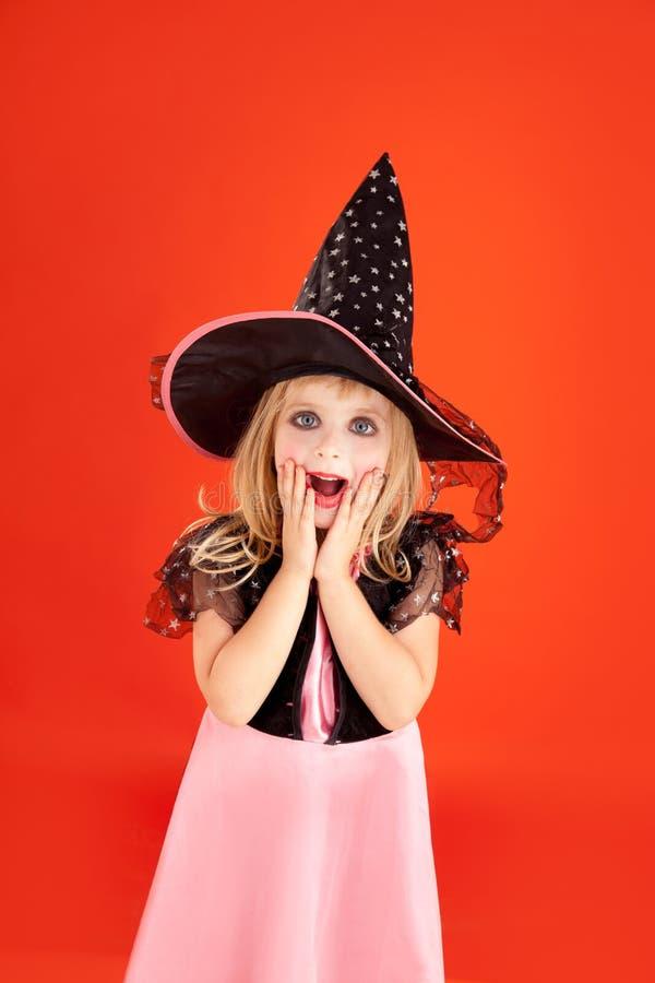 Traje da menina do miúdo de Halloween na laranja imagem de stock