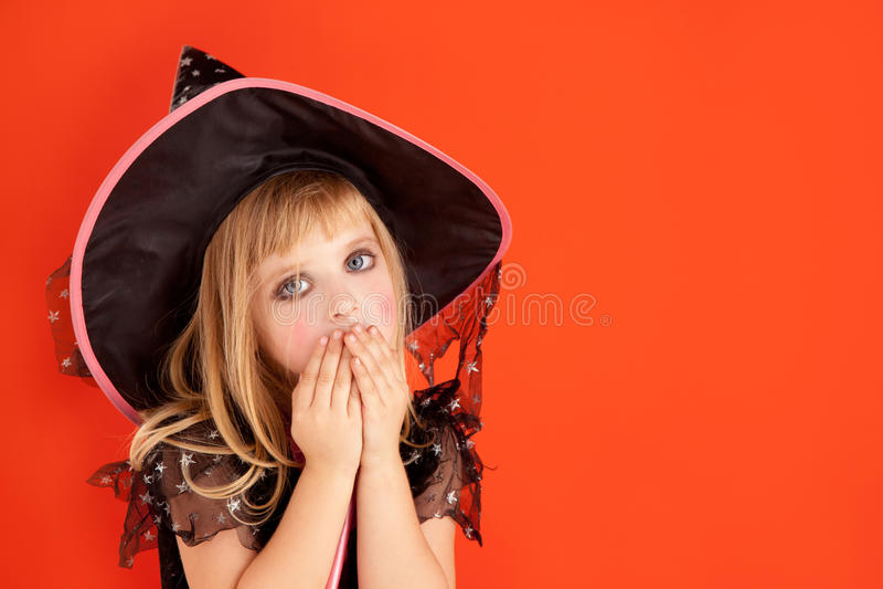 Traje da menina do miúdo de Halloween na laranja foto de stock