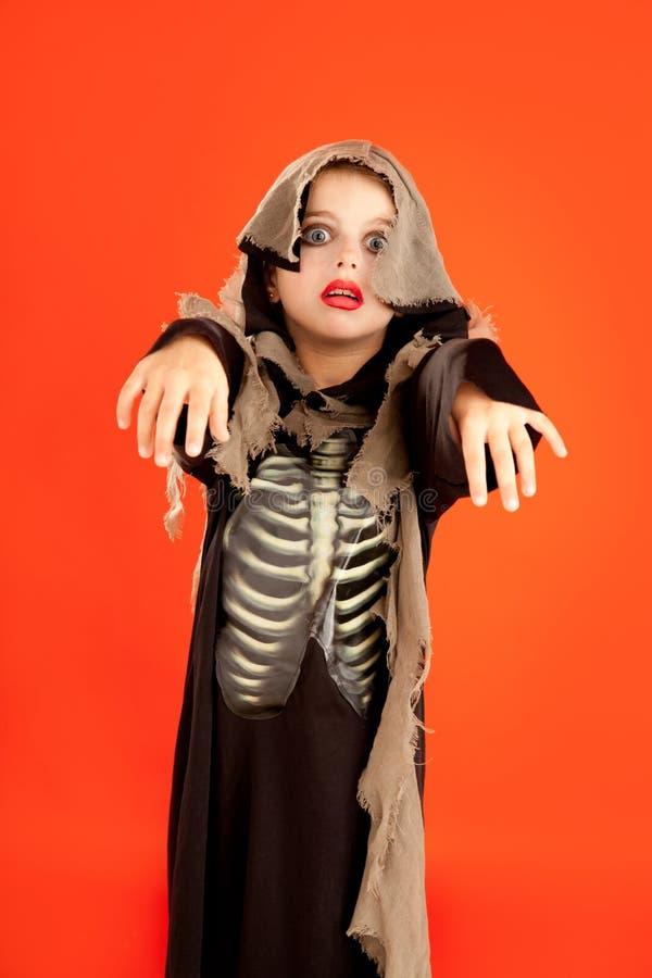 Traje da menina do miúdo de Halloween na laranja imagens de stock royalty free