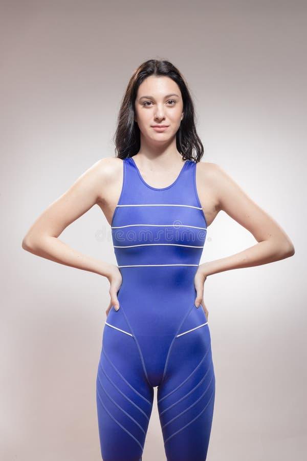 Traje de baño fuerte del nadador de la mujer joven imagen de archivo