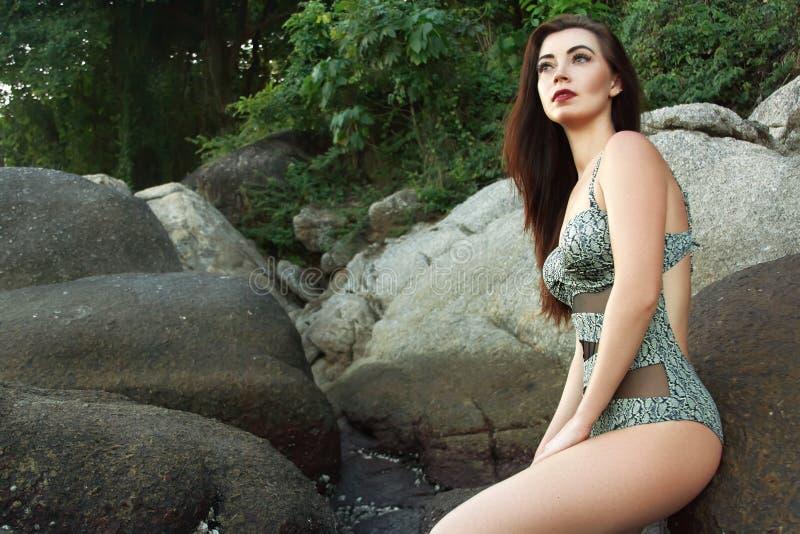 Traje de baño modelo diseñado retro hermoso de la impresión que lleva Modelo atractivo en la playa fotos de archivo libres de regalías