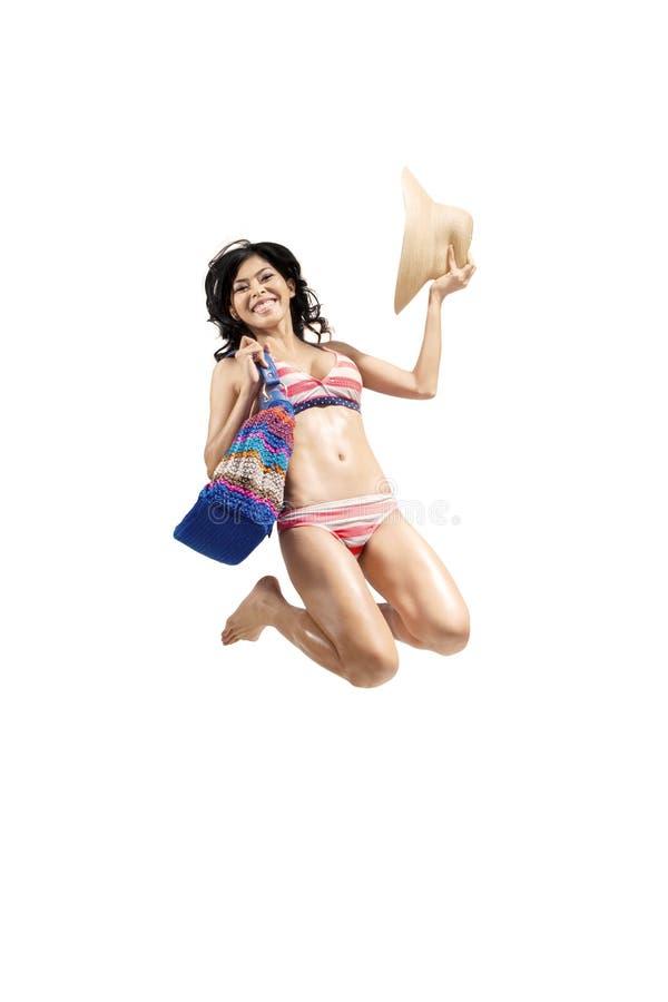 Traje de baño que lleva de la mujer alegre que salta 1 aislado fotos de archivo libres de regalías