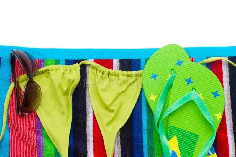 Traje de natación de la American National Standard de las sandalias en la toalla imagenes de archivo