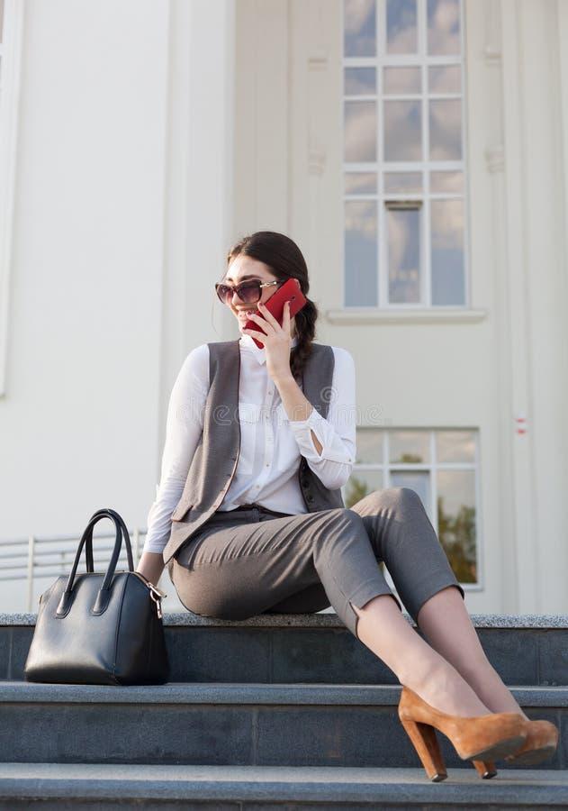 Traje de negocios de la mujer, bolso, teléfono elegante imagenes de archivo