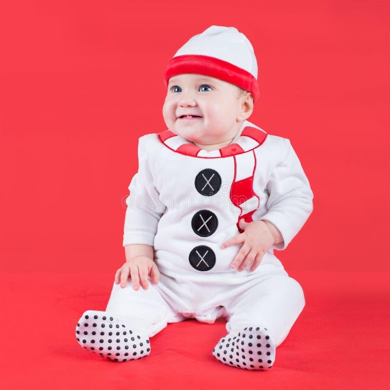 Traje del hombre de la nieve de la Navidad del bebé que lleva lindo imagenes de archivo