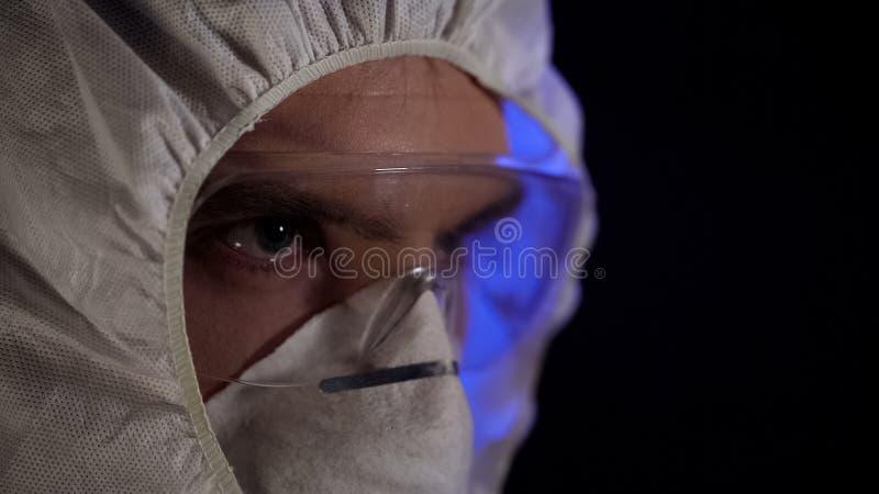 Traje del laboratorio del hombre que lleva en el laboratorio clandestino, producción de la droga ilegal imágenes de archivo libres de regalías