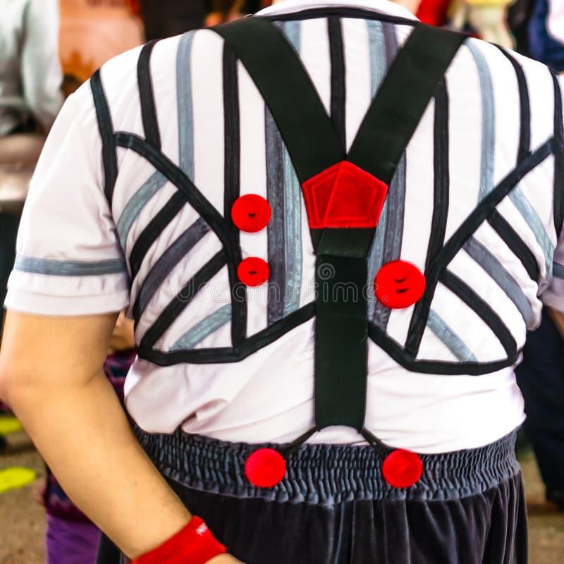 Traje del payaso, pantalones vista-grandes posteriores, camisa blanca, botones rojos fotos de archivo libres de regalías