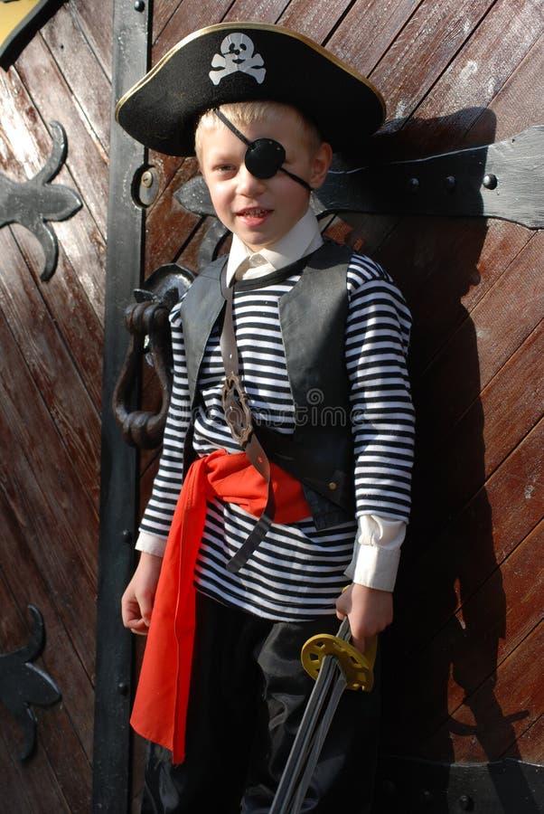 Traje del pirata del muchacho que desgasta fotos de archivo libres de regalías