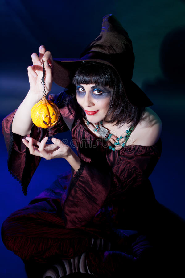 Traje desgastando da bruxa da menina. Halloween imagens de stock royalty free