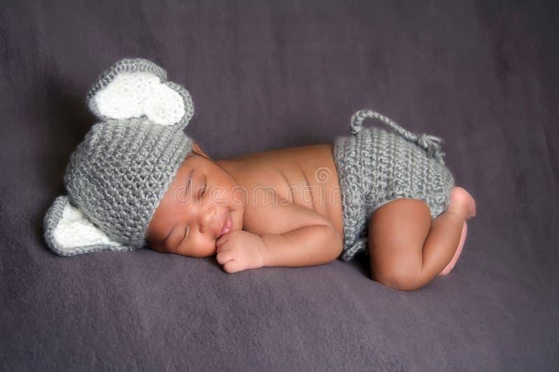 Traje desgastando do elefante do bebé recém-nascido fotos de stock